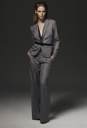 Takım elbiseler de bu tarzın vazgeçilmezlerindendir. Tıpkı erkek giyiminde olduğu gibi, kadın giyiminde de takım elbiseler oldukça revaçta.   Özellikle son beş yıldır daha feminen bir görünüm kazandırılmış takım elbiseler; çalışan kadınlar başta olmak üzere ciddi görünmeyi seven bir çok kadının ilgisini çekiyor.  Tasarımcılar; bu elbiseleri bazen parlak taşlı gömlekler, bazen de resimde görüldüğü gibi kemerlerle süslüyor.